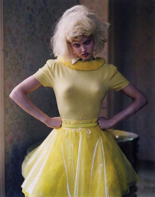 chica enfadada con vestido amarillo