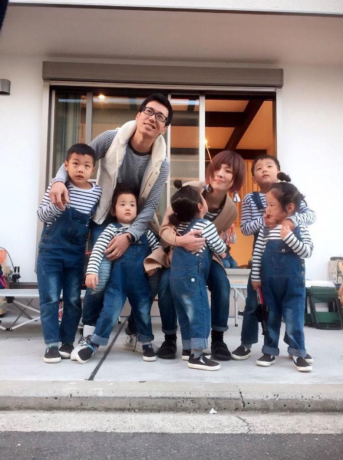 Foto de familia de 7, con trillizas y gemelos