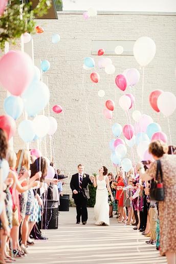 Globos en la recepción de los novios en una boda