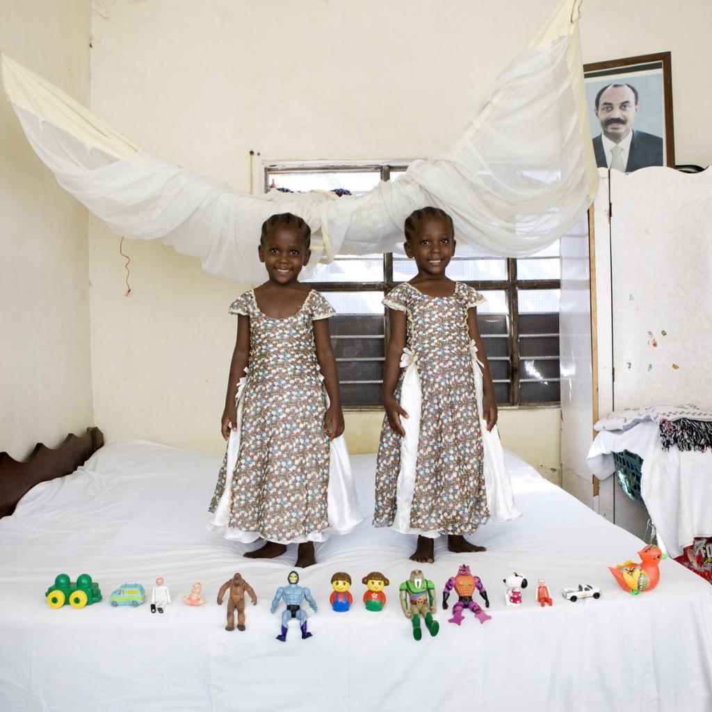 Arafa e Aisha Aman, Zanzibar- Toy Stories, Gabriele Galimberti