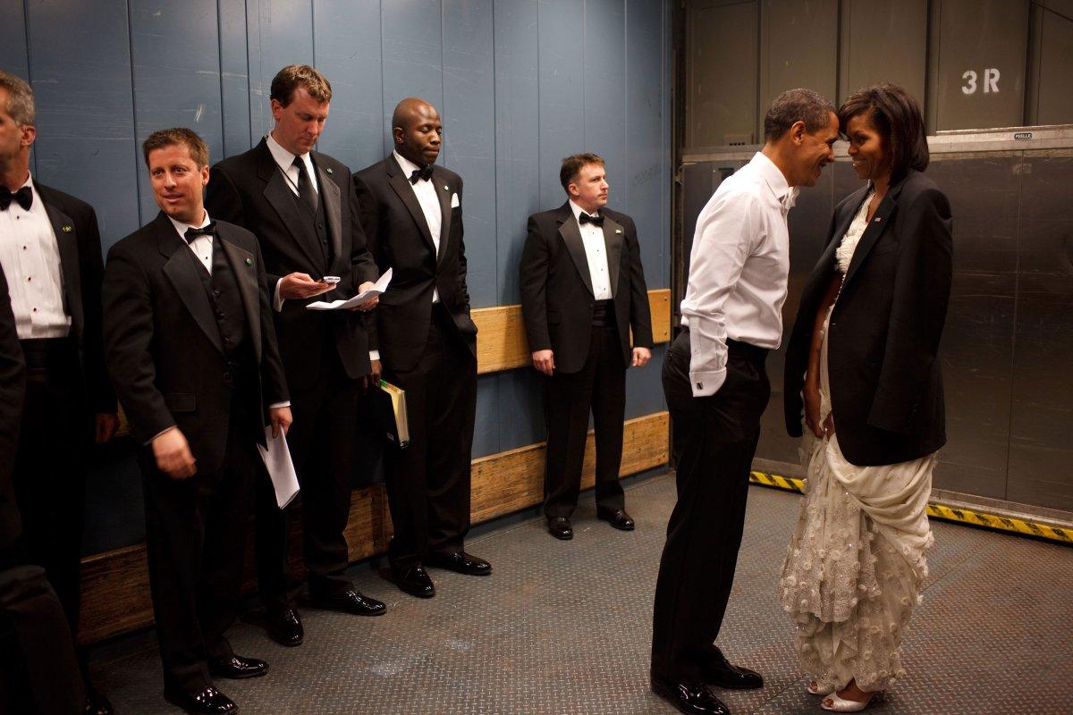Barack y Michelle Obama en un momento romático en un ascensor en 2009