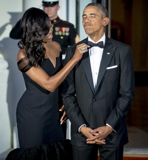 Michelle Obama le coloca la Pajarita a su marido antes de una recepción oficial