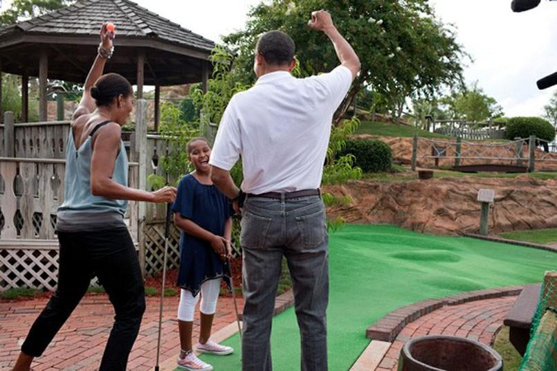 Los Obama jugando al minigolf