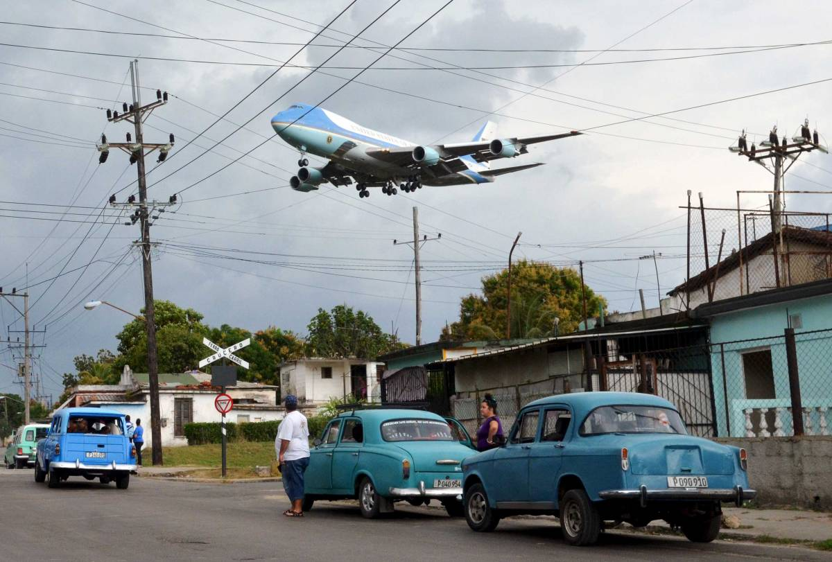 Air Force One carrying U.S. President Barack Obama and his family flies over a neighborhood of Havana, Cuba as it approaches the runway to land at Havana's international airport, on March 20, 2016.