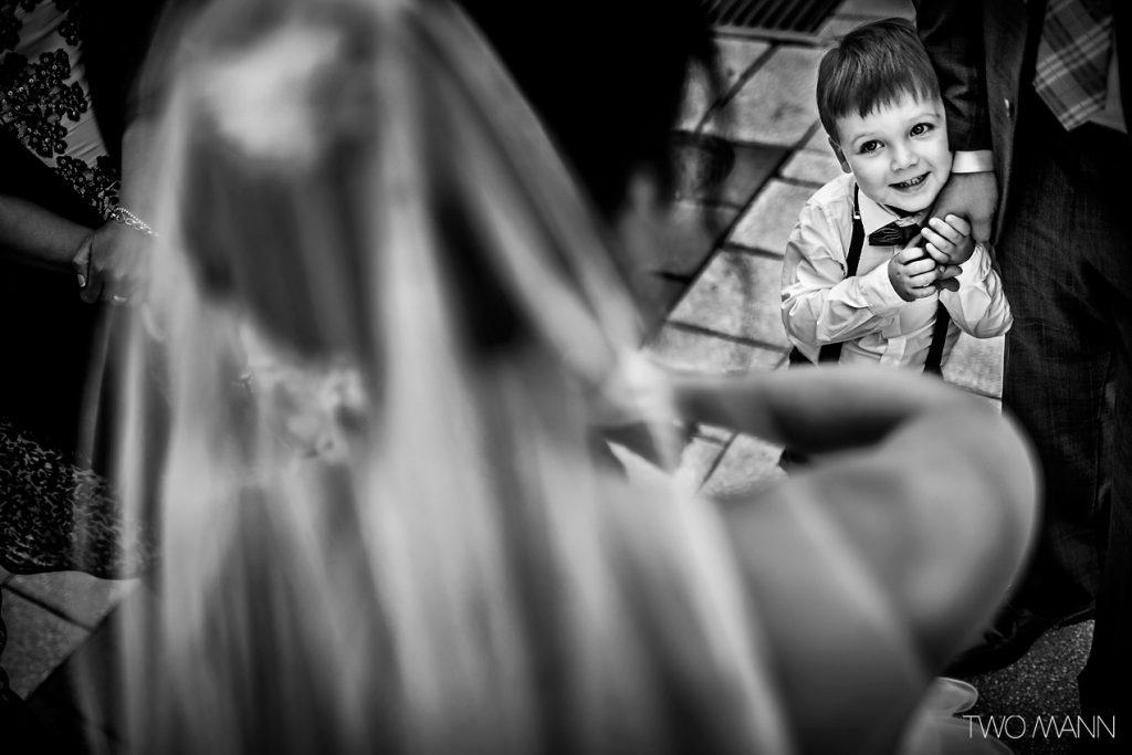 niño mirando a la novia