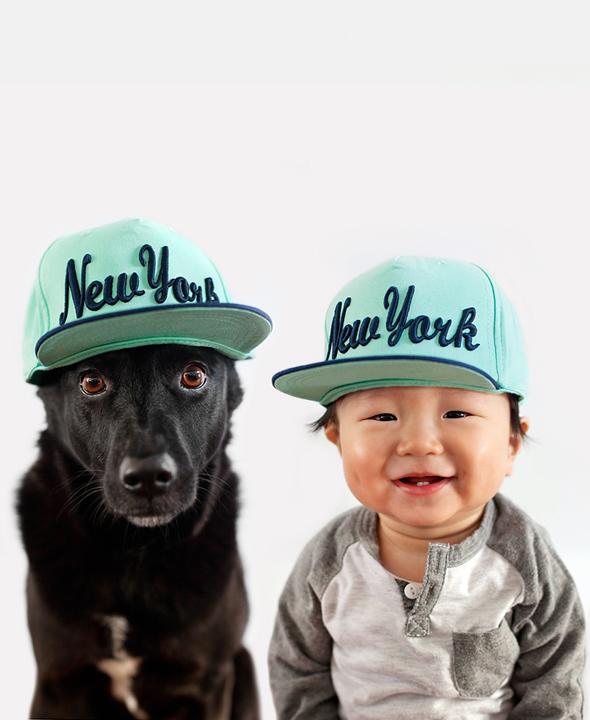 Zoey y Jasper con gorra