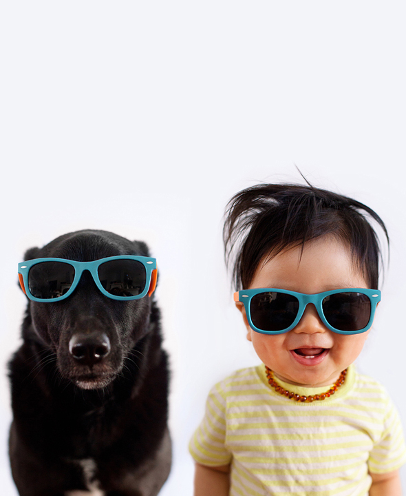 zoey y jasper con gafas