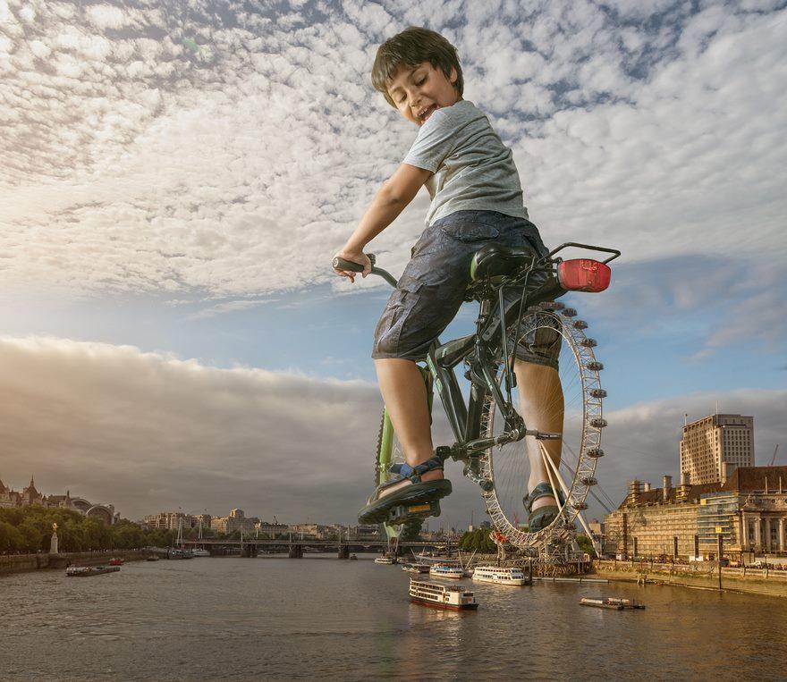 Fotos surrealistas con fotoshop. En bici con noria de rueda