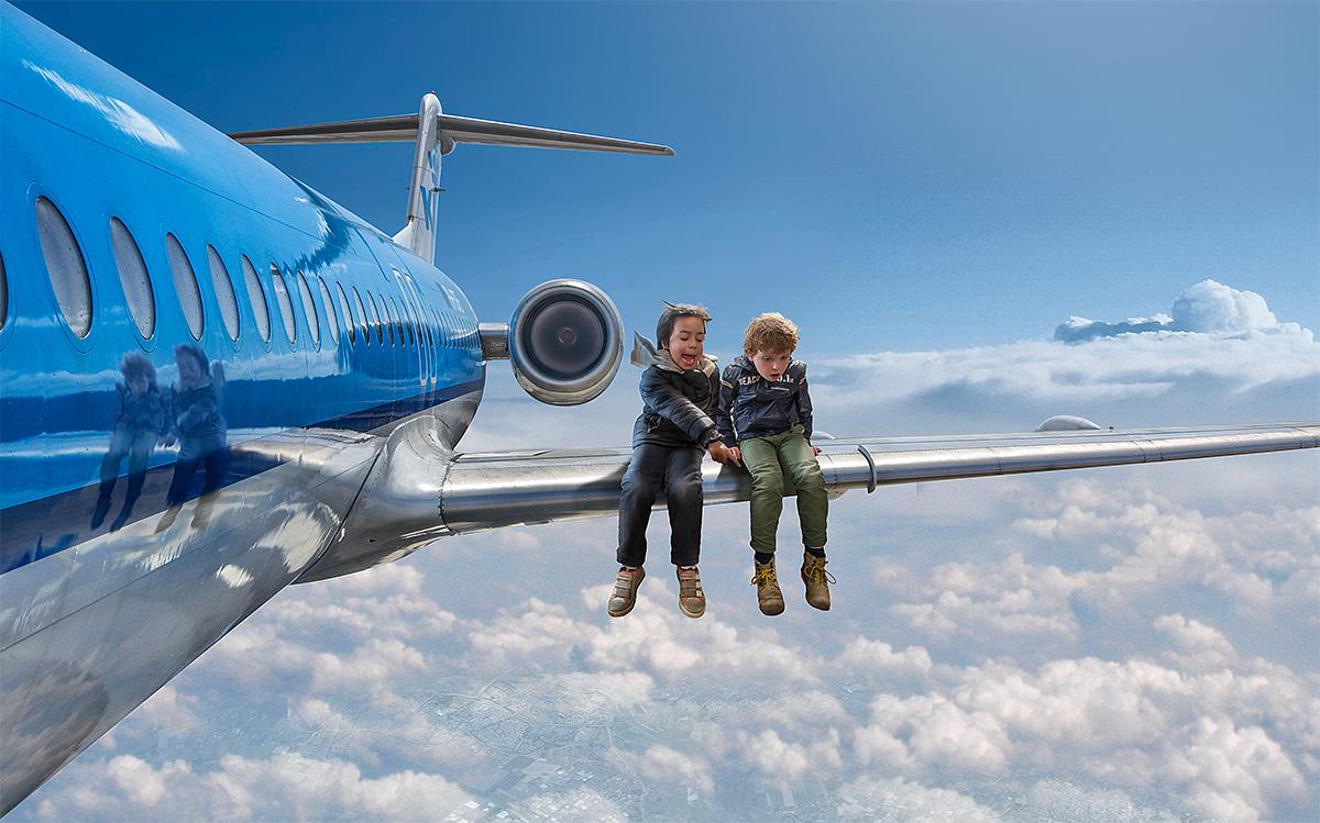Fotos surrealistas con fotoshop. Sentado en las alas de un avión