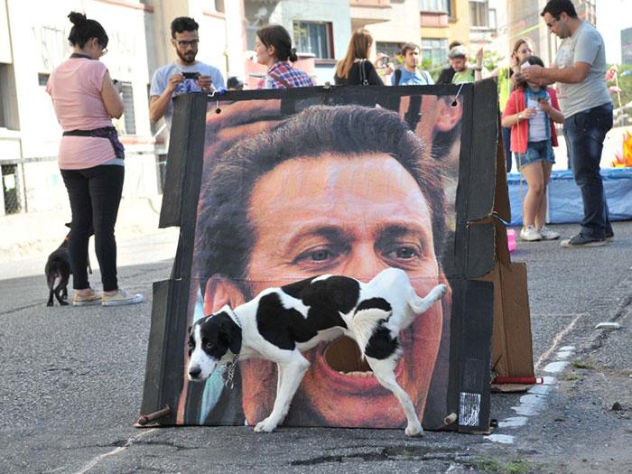 Perro meando la boca de la cara de un hombre retratado