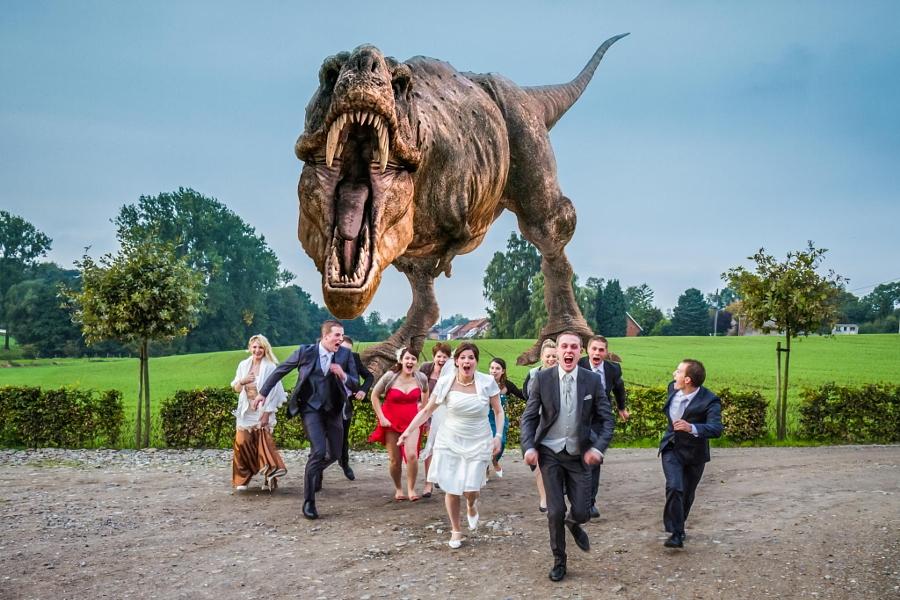 Novios atacados por dinosaurio