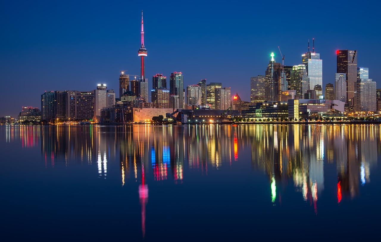 Fotografía nocturna. Edificios reflejados en el agua.