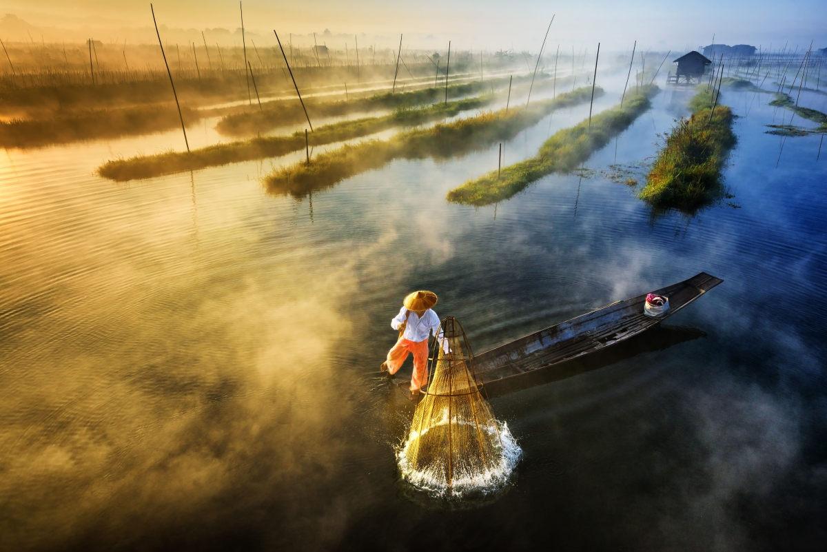 Primer Premio en la categoría profesional de paisajes. Autor: Zay Yar Lin. Fotografía:  Sun's Up, Nets Out