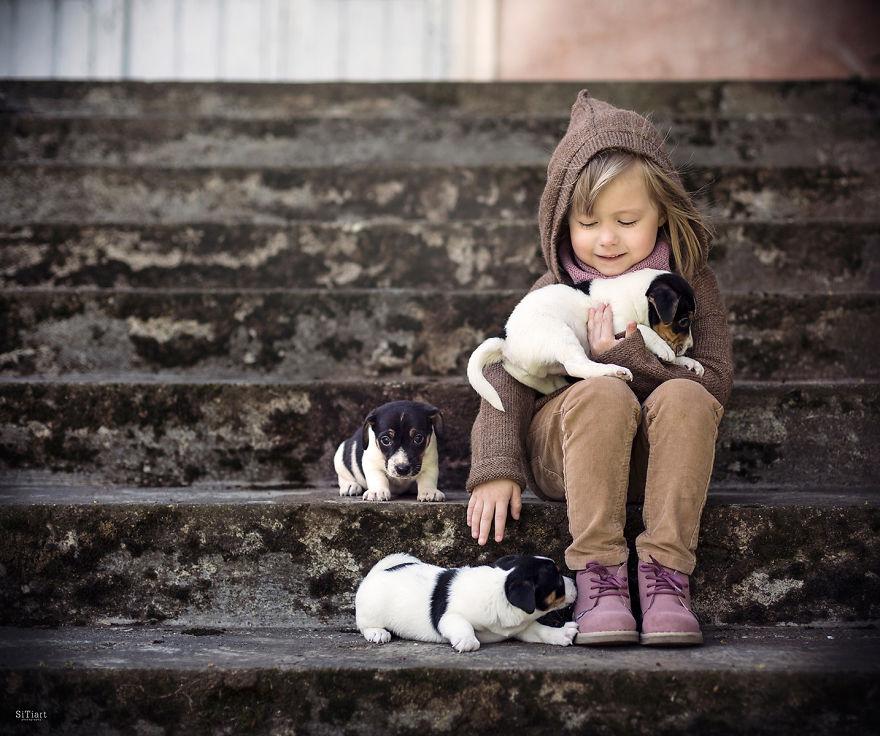 Niña con cachorritos
