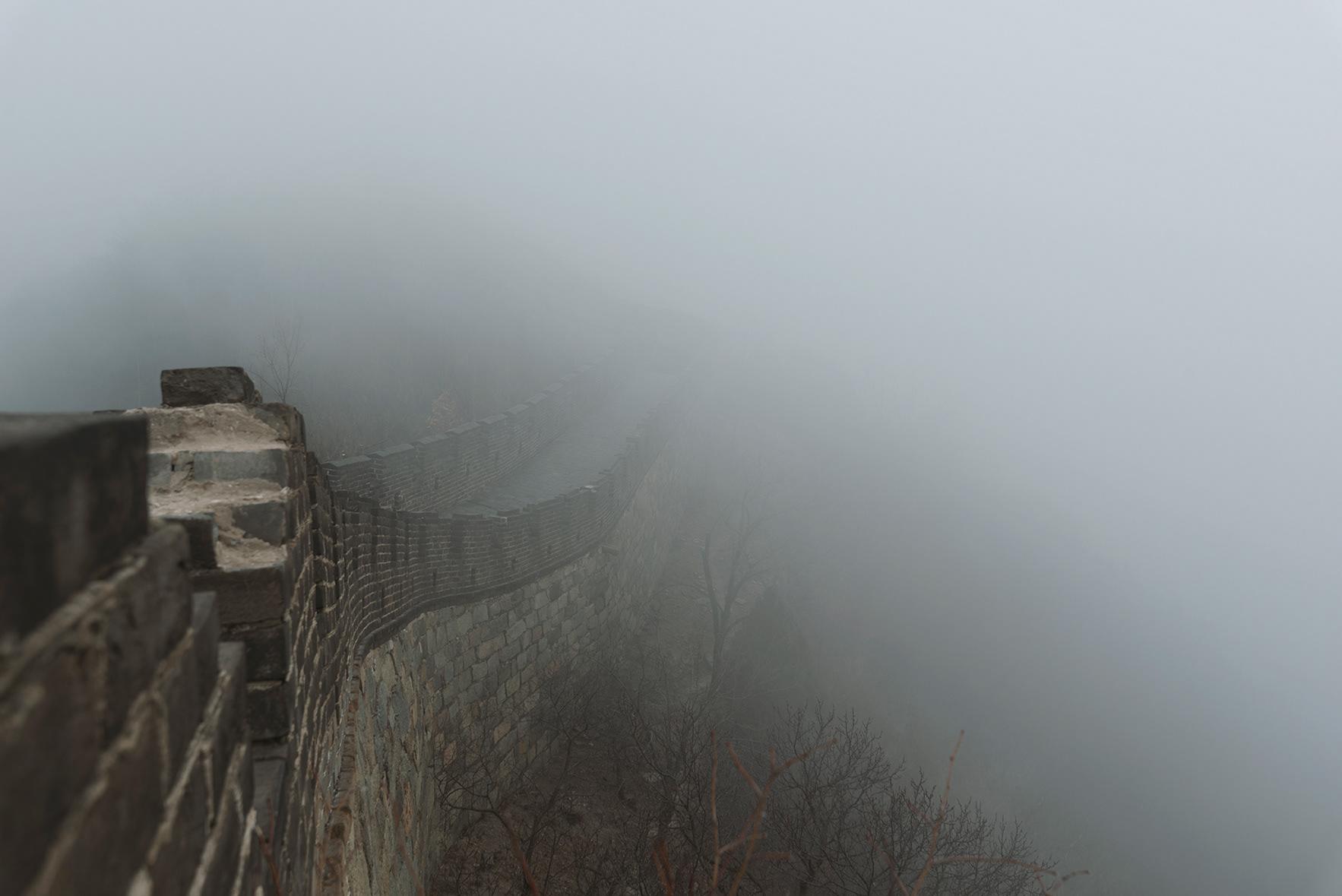 Fotografía de la muralla china cubierta de niebla