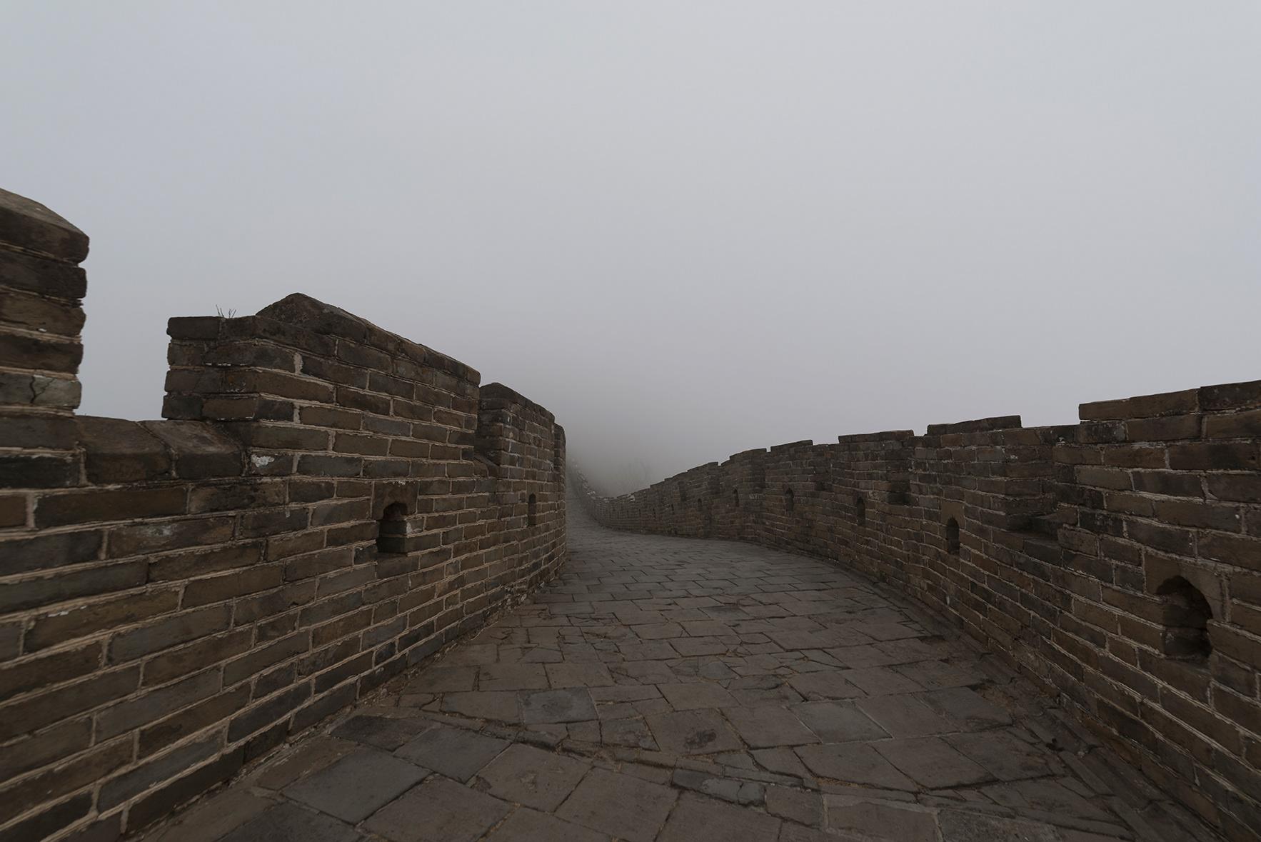 Foto muralla china con niebla