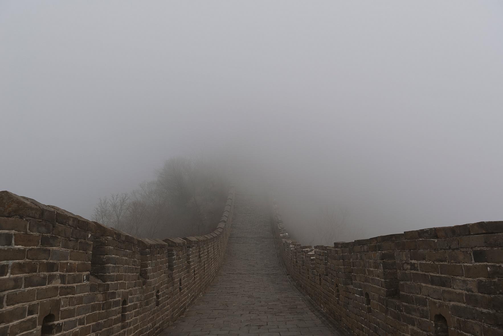 Foto de la muralla china cubierta de niebla