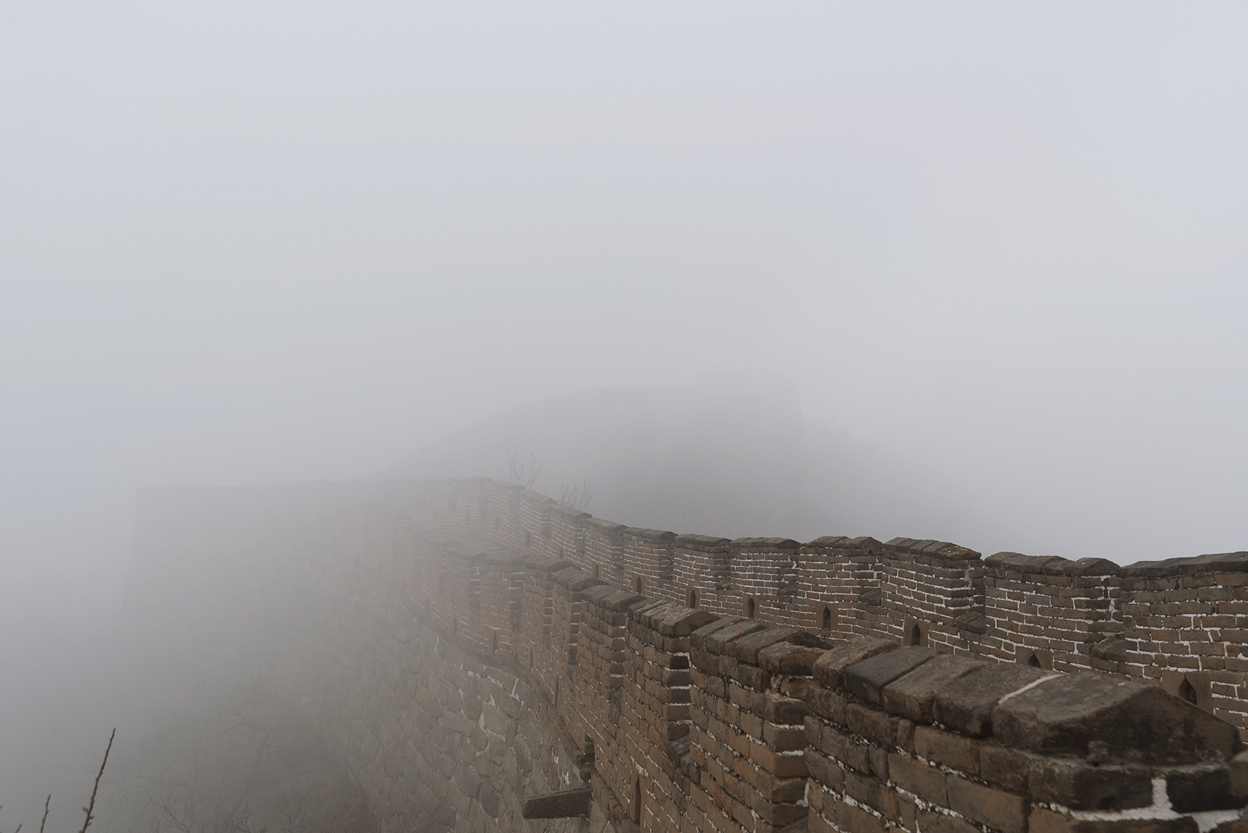 Foto de la niebla cubriendo la muralla china