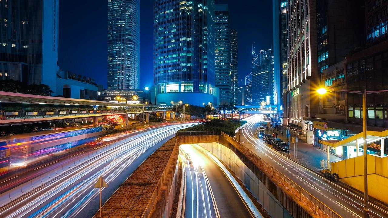Fotografía nocturna. Rastros luminosos de los coches.
