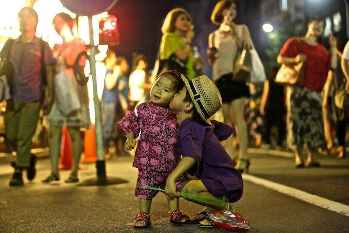 fotos de besos en plena calle