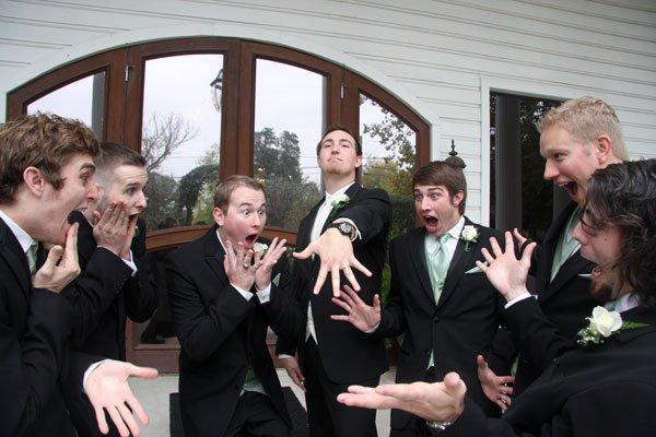 El novio presume de anillo