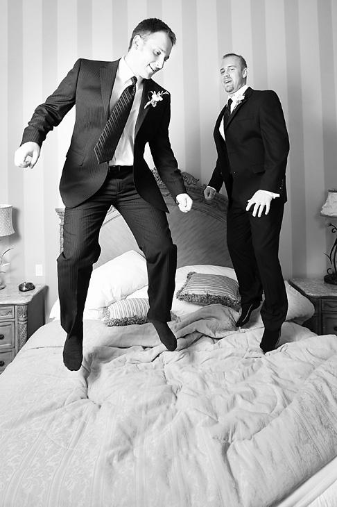 El novio y su mejor amigo saltando en la cama