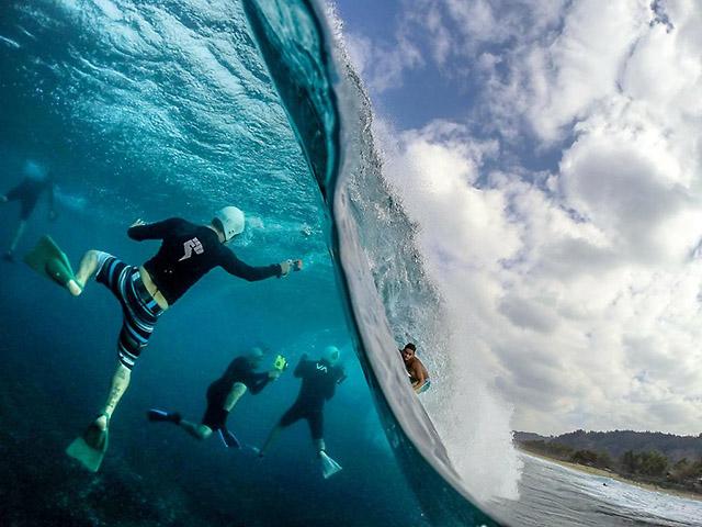 foto bajo y sobre el agua