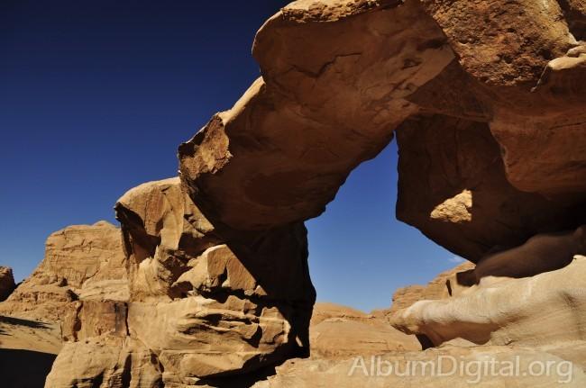 Arco de roca en Wadi rum