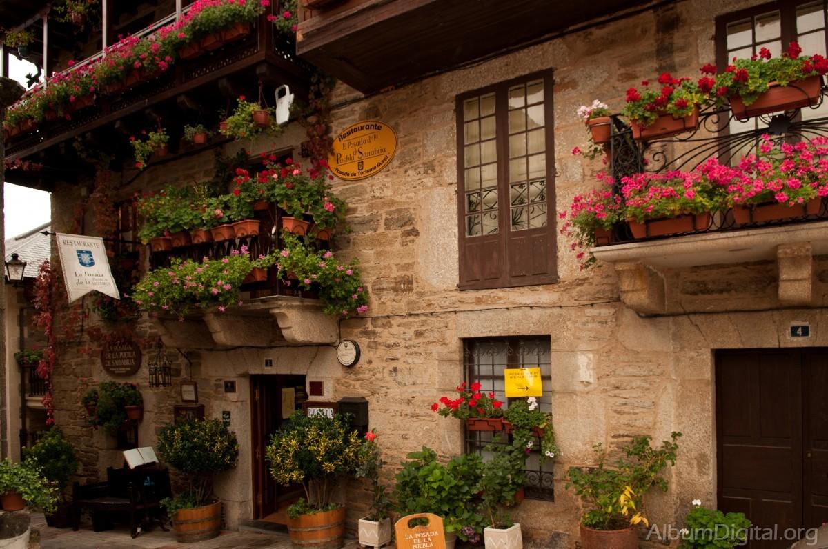 Casa con balcones de flores for Jardineras para balcones