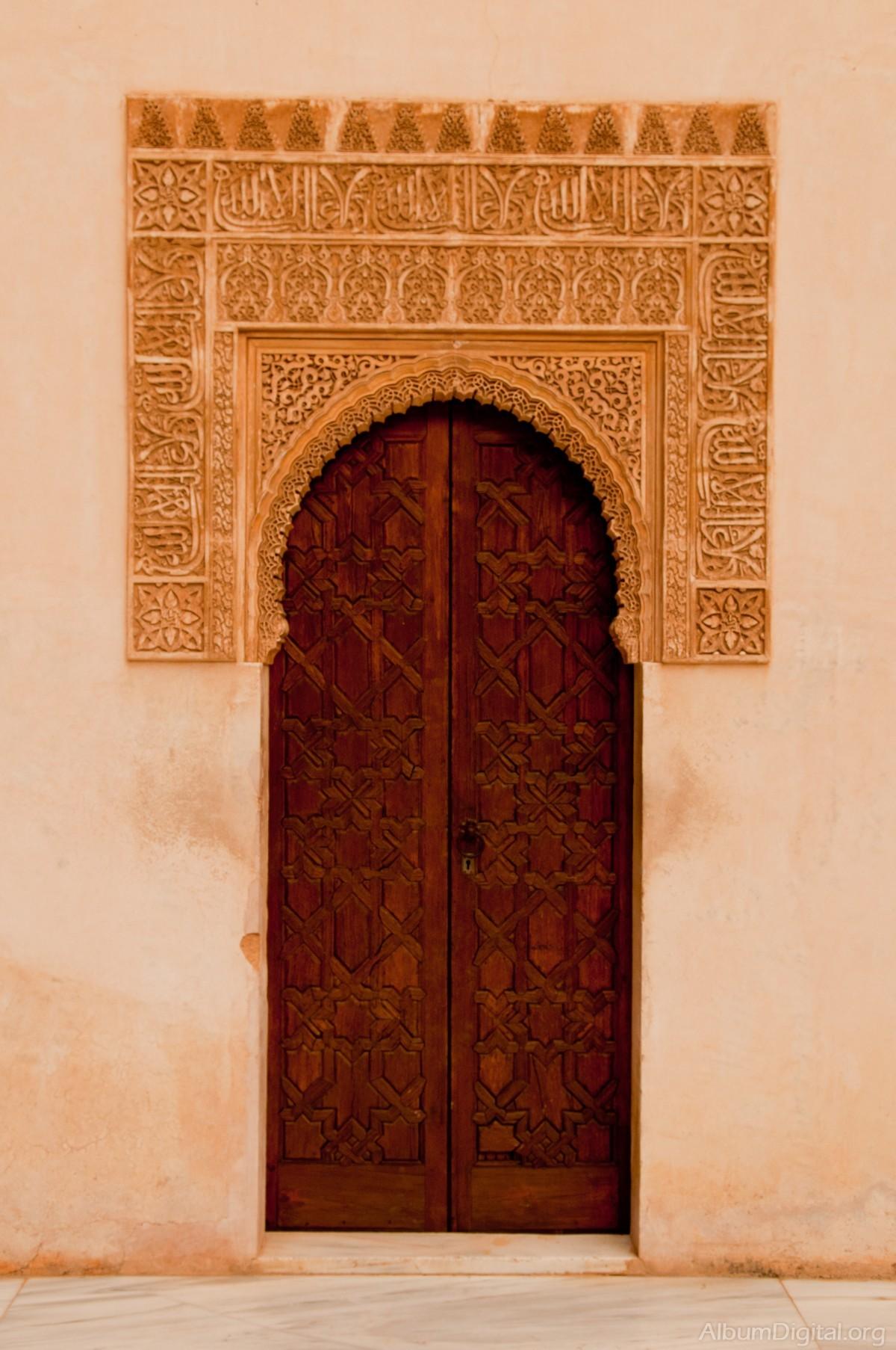 puerta con dintel estucado de la alhambra